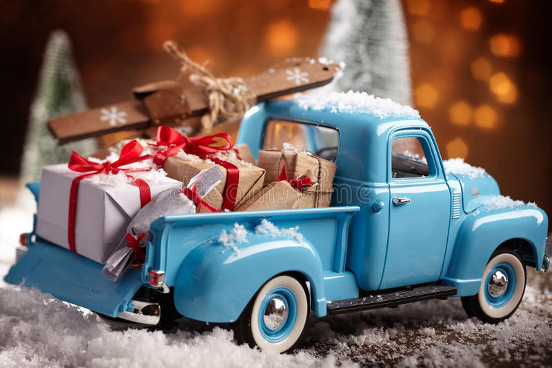 Un livello accatastato camion blu d'annata con i presente immagine stock libera da diritti