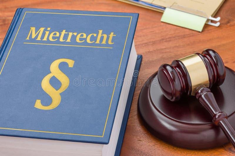 Un livre de loi avec un marteau - mot allemand de Mietrecht pour la loi de location photographie stock