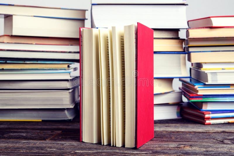 Un livre devant des piles de livres différents photographie stock libre de droits