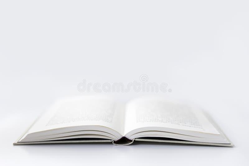 Un livre ouvert à l'arrière-plan blanc photos stock