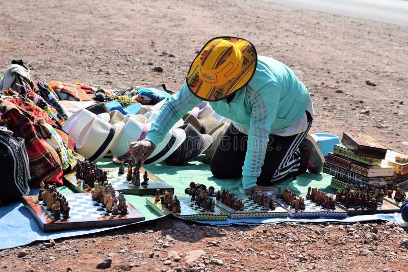 Un local vende sus mercancías en un punto del puesto de observación en la manera a Pisac, Perú imagen de archivo libre de regalías