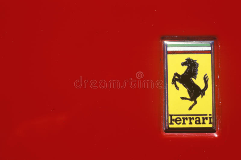 Un logotipo de Ferrari en el festival del coche de deportes de Ferrari en Beverly Hills, California fotos de archivo libres de regalías
