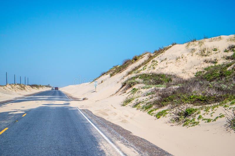 Un long chemin en bas de la route de l'île du sud d'aumônier, le Texas images stock