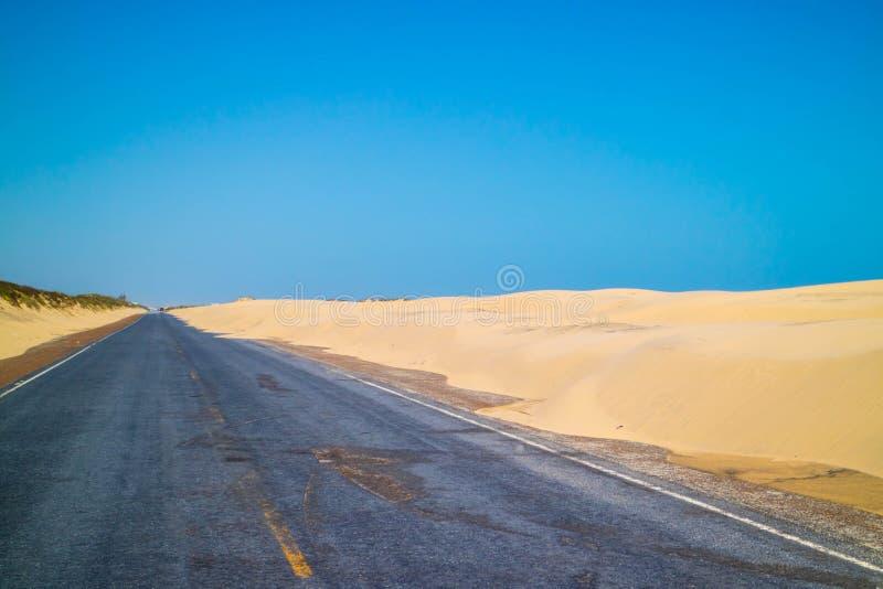 Un long chemin en bas de la route de l'île du sud d'aumônier, le Texas photographie stock libre de droits