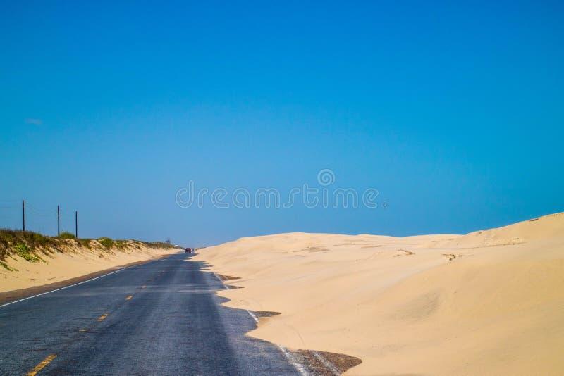 Un long chemin en bas de la route de l'île du sud d'aumônier, le Texas photo libre de droits