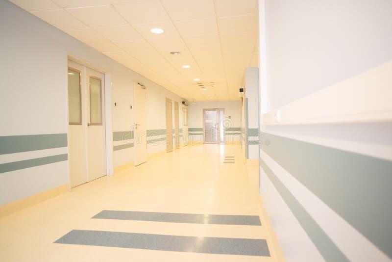 Un long couloir léger dans un hôpital moderne images libres de droits