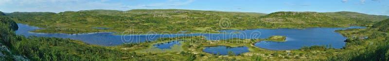 Un long lac dans la toundra d'été (vue panoramique) images libres de droits