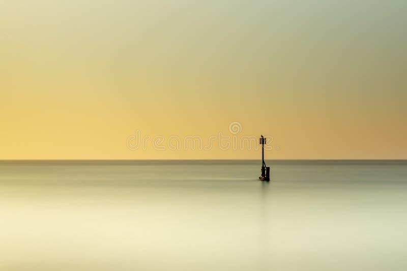 Un long lever de soleil d'exposition à la plage dans Southwold en le Suffolk images libres de droits