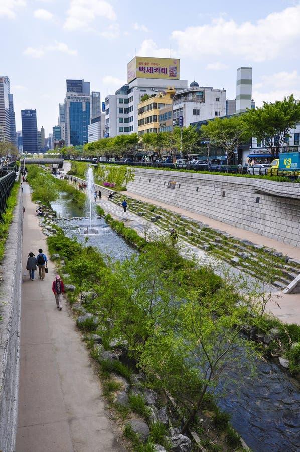 Un long parc fonctionne des deux côtés de Cheonggyecheon, l'espace public moderne de récréation à Séoul du centre photo stock