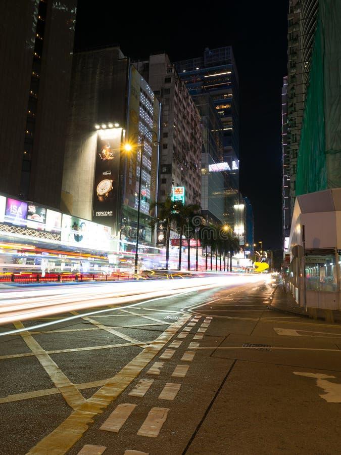 Un long tir d'exposition de l'intersection moyenne de route avec Nathan Road en Hong Kong photographie stock