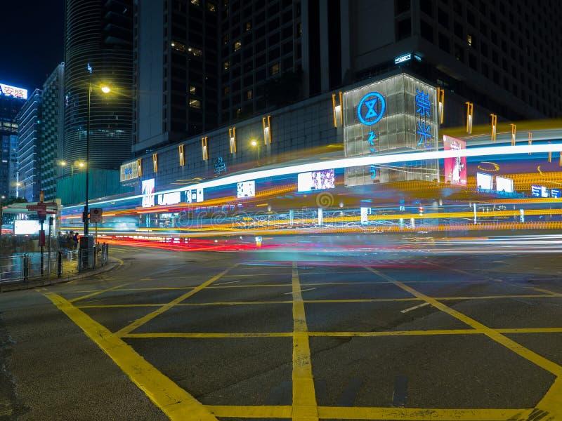Un long tir d'exposition de l'intersection de route de Salisbury avec Nathan Road en Hong Kong images stock