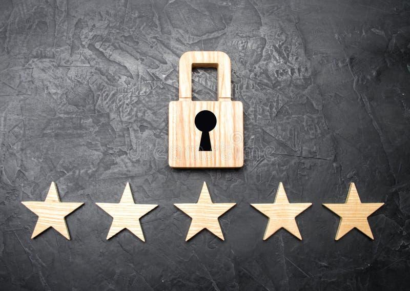 Un lucchetto di legno e cinque stelle Sicurezza, sicurezza degli utenti ed affare Sicurezza di Internet, antivirus, protezione de immagine stock libera da diritti