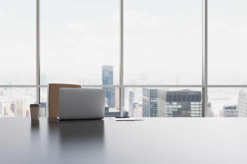 Un lugar de trabajo en una oficina panorámica moderna en Manhattan, New York City Un ordenador portátil, la libreta y una taza de ilustración del vector