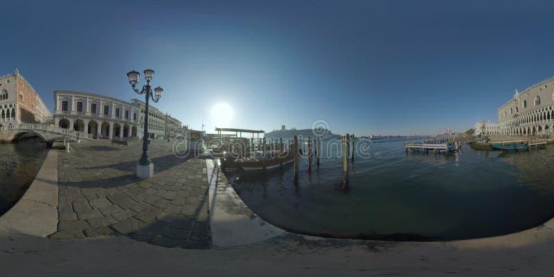 Un lungomare e le navi di 360 VR Venezia trafficano nella laguna, Italia fotografia stock libera da diritti