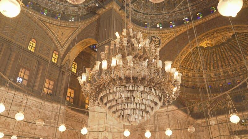 Un lustre à l'intérieur de la mosquée d'albâtre au Caire image libre de droits