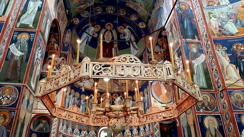 Un lustre avec des saints frescoed dans le monastère de Tumane en Serbie orientale photos stock