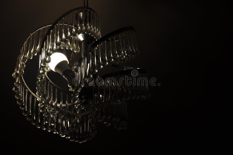 Un lustre en cristal mystérieux dans l'obscurité photos stock