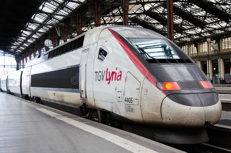 Un lyria rouge et blanc de train à grande vitesse de TGV photographie stock