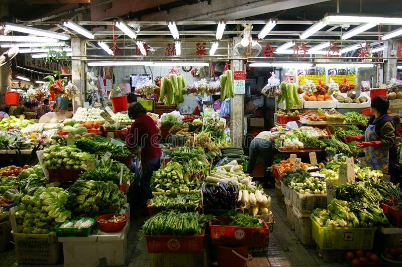 Un márketing mojado que vende verduras imagen de archivo