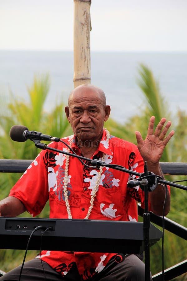 Un más viejo caballero que juega la música para las huéspedes en la cena, complejo playero de Wananavu, Fiji, 2015 foto de archivo libre de regalías