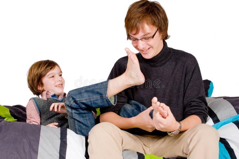 Download Un Más Viejo Hermano Está Cosquilleando El Joven Imagen de archivo - Imagen de brillante, fondo: 7285589