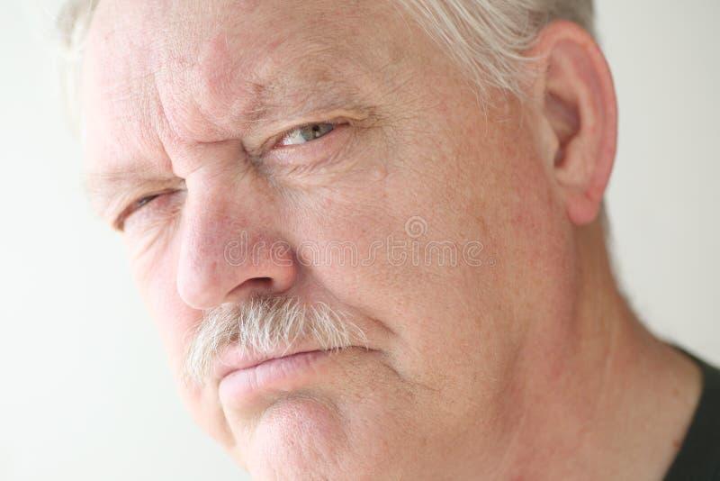 Un más viejo hombre con la expresión que descree fotografía de archivo libre de regalías