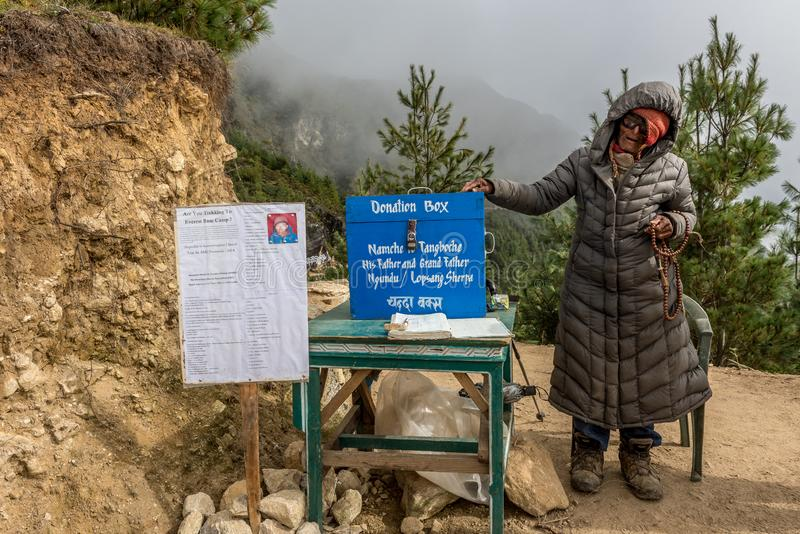Un más viejo hombre del sherpa pide donaciones en el camino a la base del mt everest imagen de archivo libre de regalías