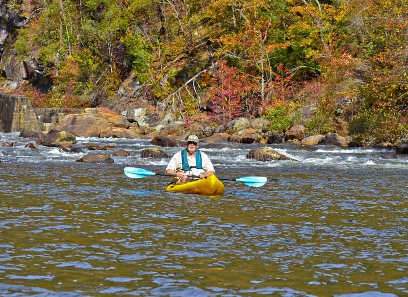 Un más viejo hombre Kayaking en otoño fotos de archivo libres de regalías