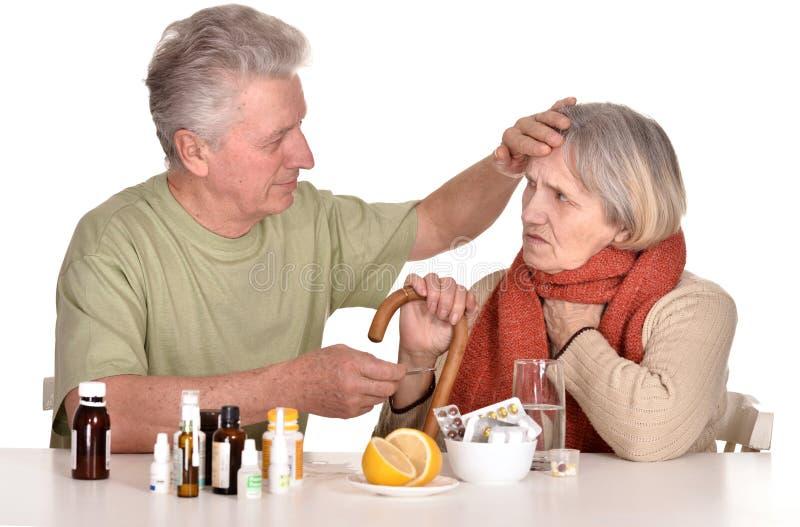 Un más viejo hombre que cuida para la mujer enferma fotos de archivo libres de regalías