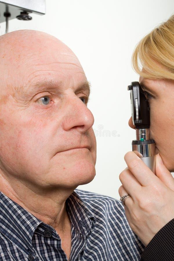 Un más viejo hombre que tiene examinación de ojo fotografía de archivo libre de regalías