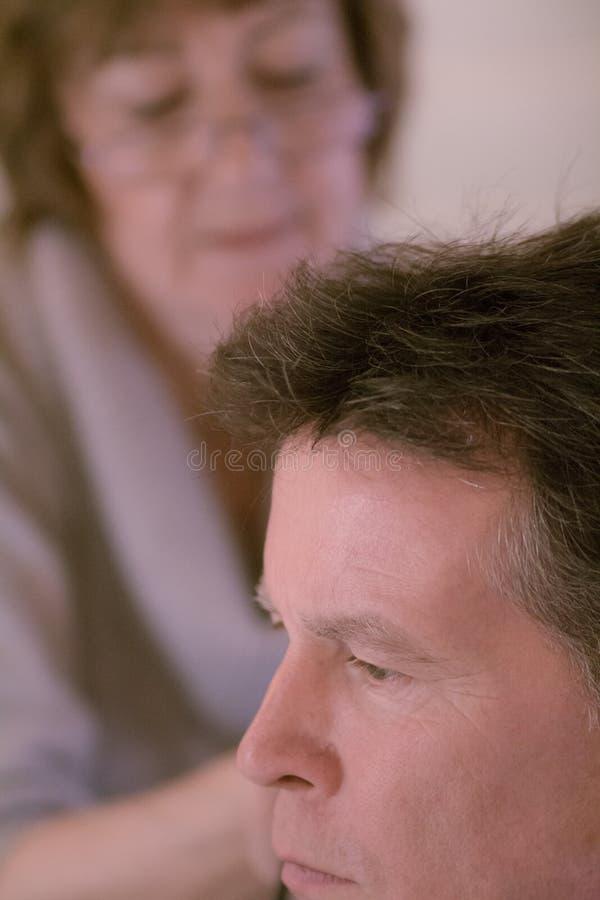Un más viejo hombre que tiene su corte del pelo fotos de archivo