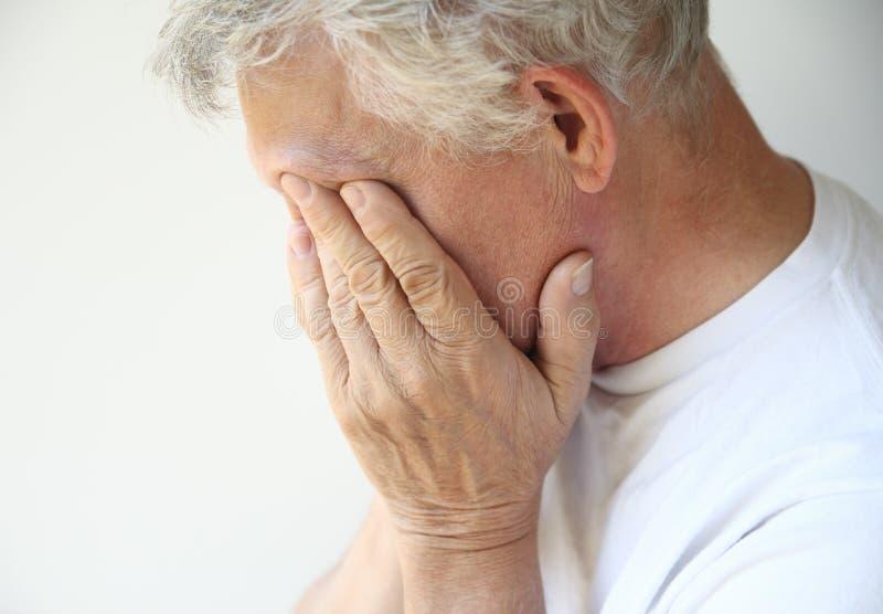 Un más viejo hombre superado con la depresión o emociones imágenes de archivo libres de regalías