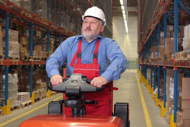 Un más viejo trabajador del almacén fotografía de archivo
