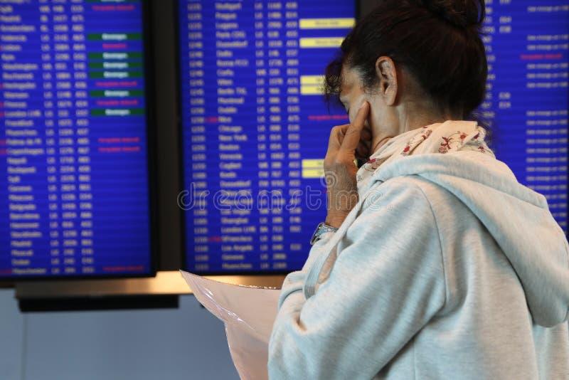 Un más viejo vuelo preocupante de la mujer retrasado en aeropuerto foto de archivo