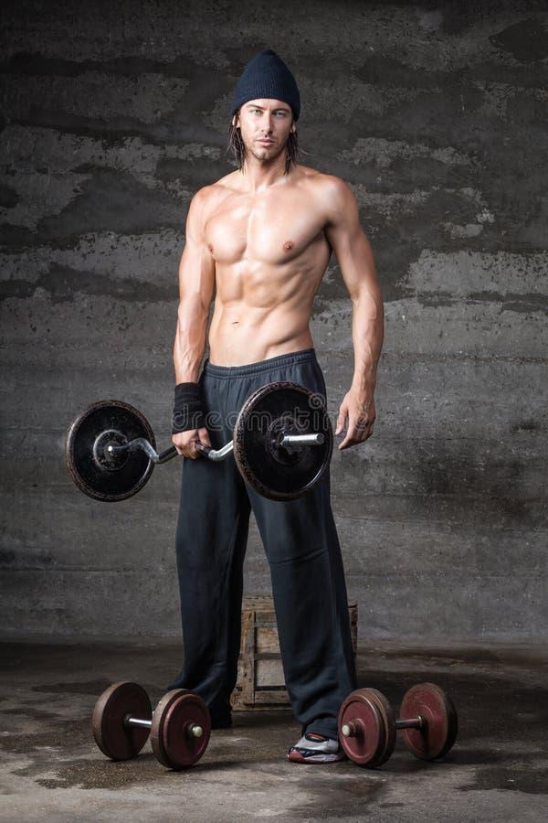 Un mâle beau sans la chemise dessus photographie stock