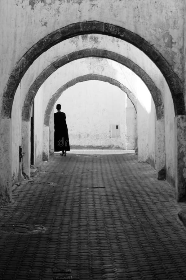 Un mâle dans la robe longue d'elong de Th sous les voûtes photos libres de droits
