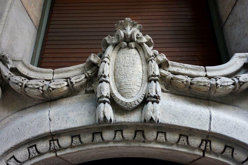 Un médaillon en pierre antique décorant l'entrée au bâtiment image stock