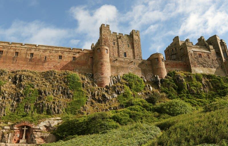 Un mémorial de guerre a placé dans une alcôve dans la roche au-dessous du château de Bamburgh dans le Northumberland Angleterre images libres de droits