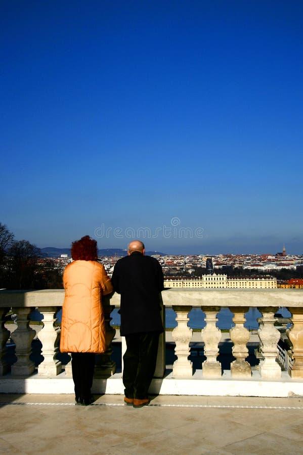 Un ménage marié mûr admirant la belle vue photographie stock