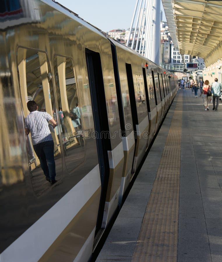 Un métro d'une plus grande municipalité de Metro Corporation d'Istanbul s'arrête à la station d'or de klaxon image libre de droits