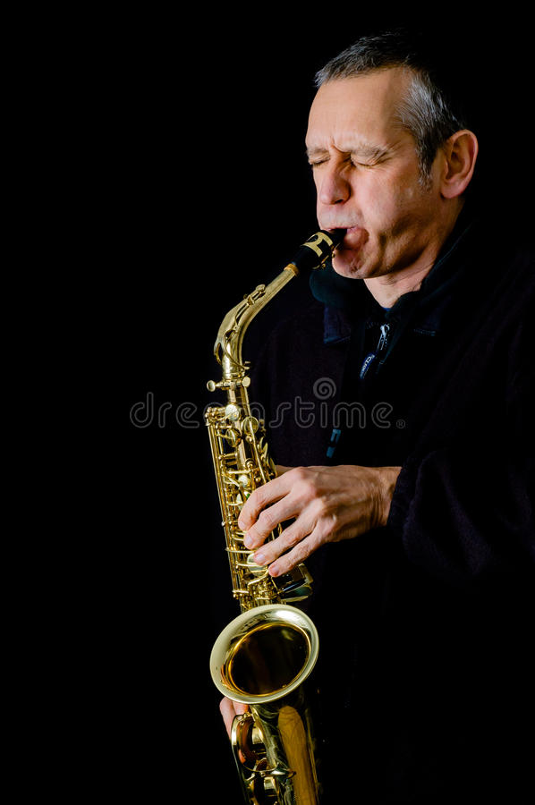Hombre que toca el saxofón imágenes de archivo libres de regalías