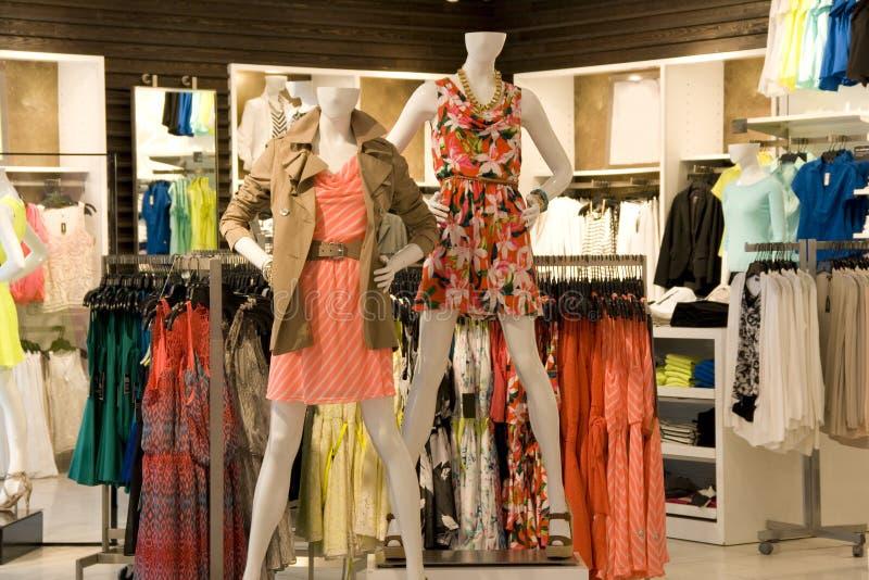 Magasin de vêtements de mode de femme photographie stock libre de droits