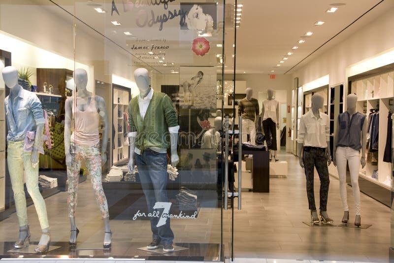 Magasin d'habillement d'homme et de femme photographie stock