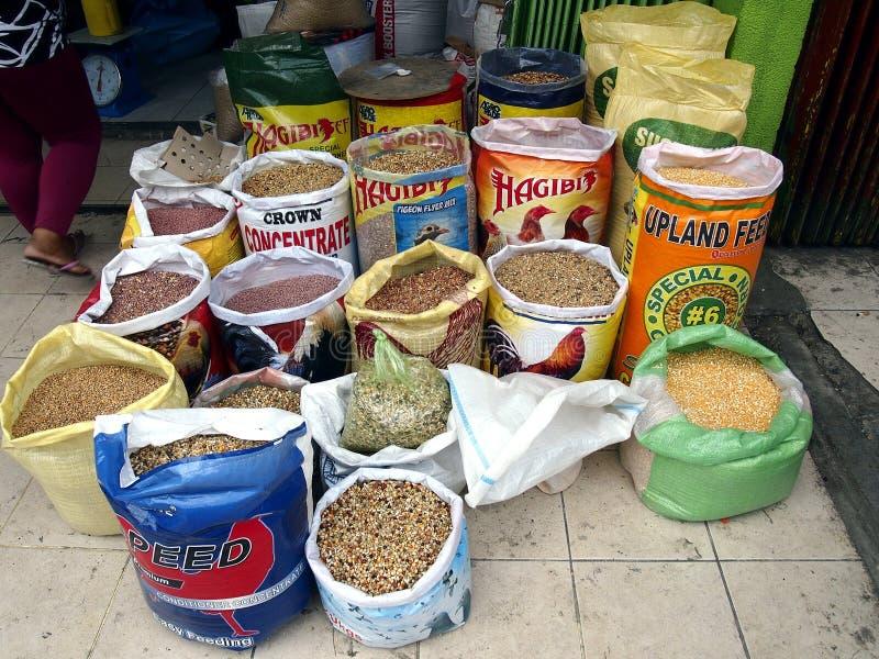 Un magasin vend une grande variété de volaille et d'alimentations de poulet le long d'une rue dans la ville d'Antipolo, Philippin photo stock