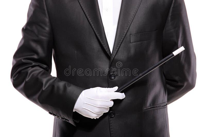 Un magicien dans un procès retenant une baguette magique magique photos libres de droits
