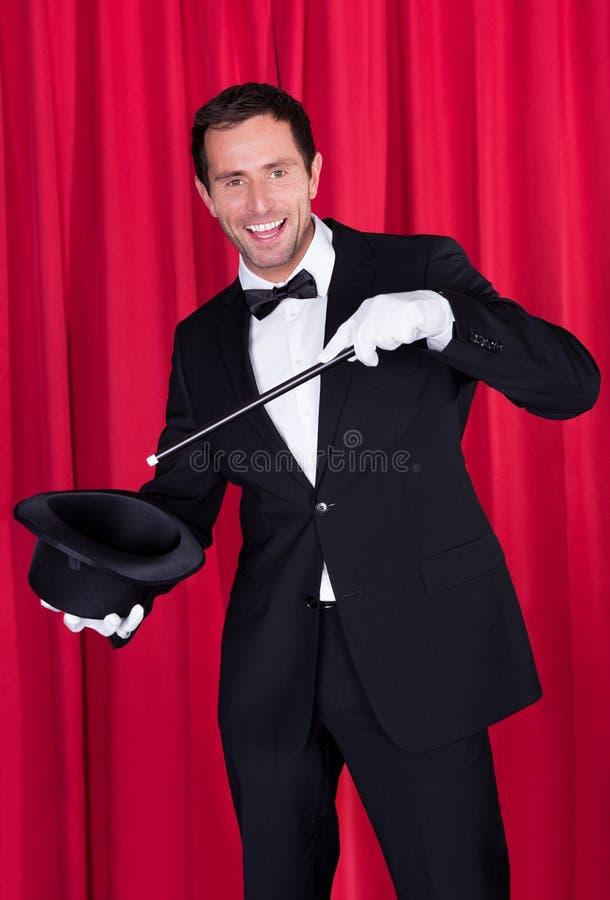 Un mago in un vestito nero immagine stock libera da diritti