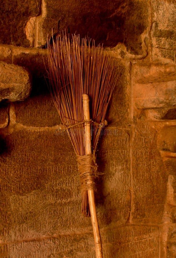 Un manche à balai dans le temple anciant images libres de droits
