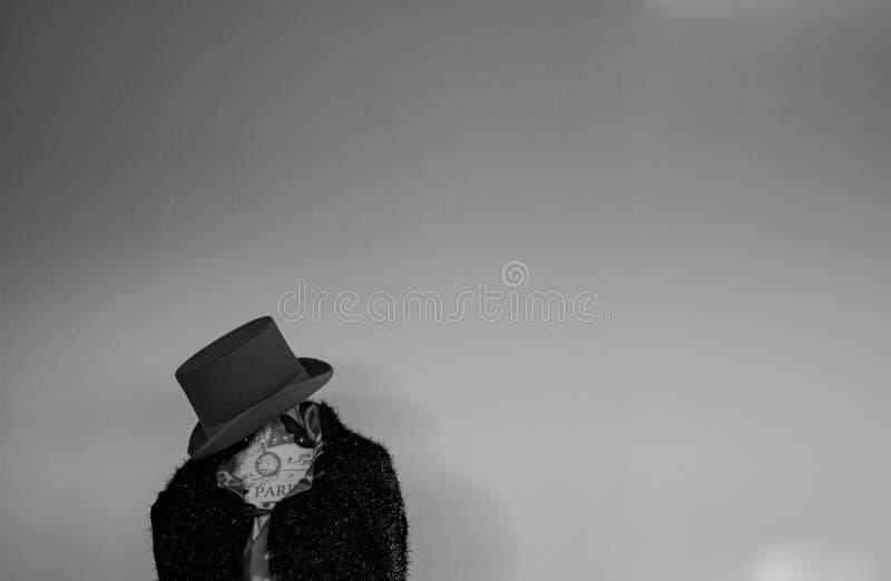 Un manichino si è vestito in capo e cappello con la parete bianca fotografie stock libere da diritti