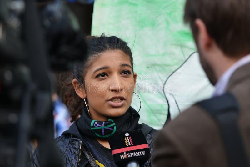 Un manifestante anti de los cortes da una entrevista a los medios de noticias foto de archivo