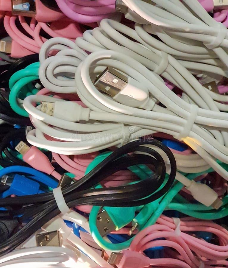 Un manojo de alambres coloreados para diversos teléfonos imágenes de archivo libres de regalías